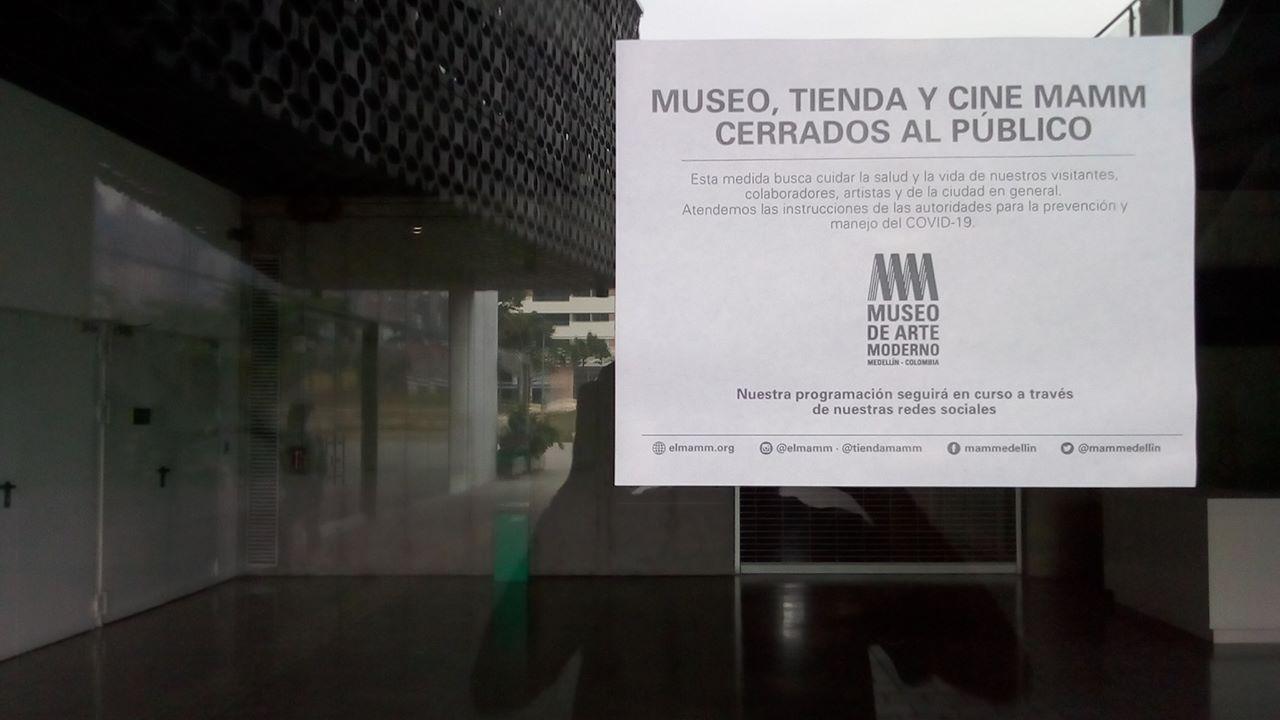 Aviso de cierre al público en el Museo de Arte Moderno de Medellín (MAMM).
