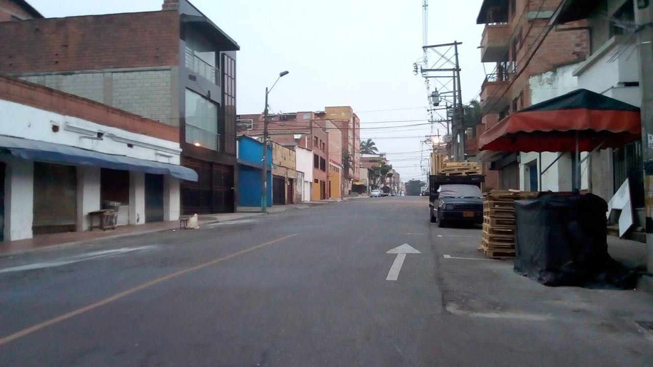 Calle solitaria de Medellín, sector de Belén Rosales.
