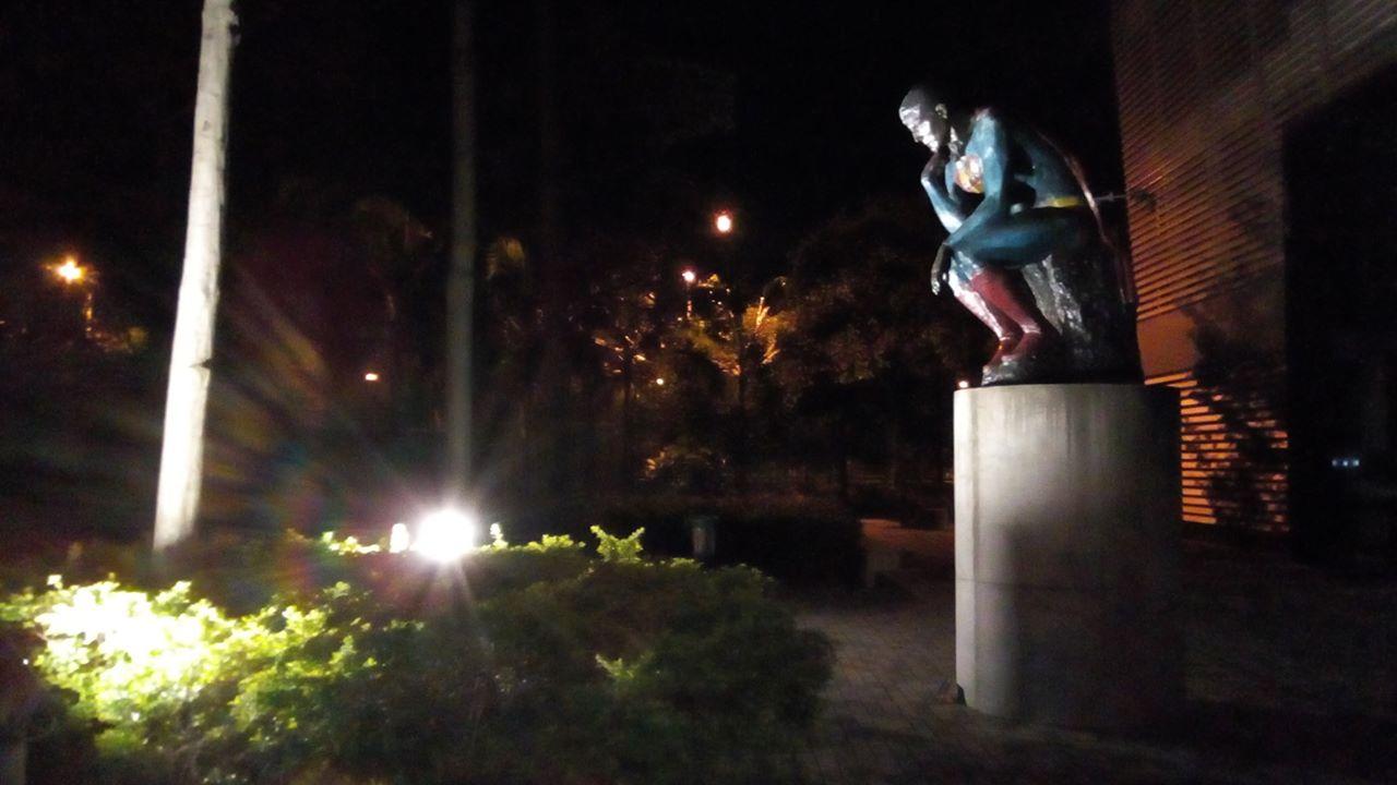 """""""Superman"""", estatua del artista colombiano Nadín Ospina. Parques del Río."""