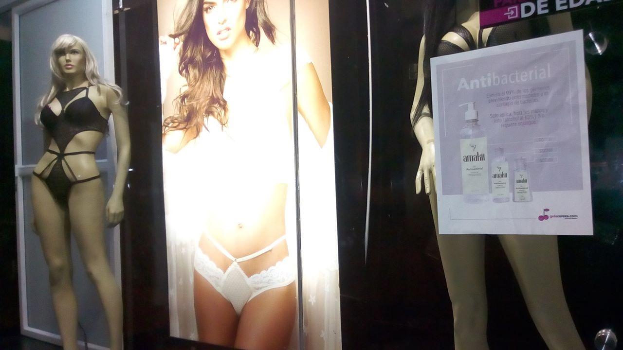 """Las """"sex shop"""", muy comunes, al menos, en Medellín, también cerradas por la cuarentena. La camándula convive sanamente con el vibrador en esta ciudad..."""