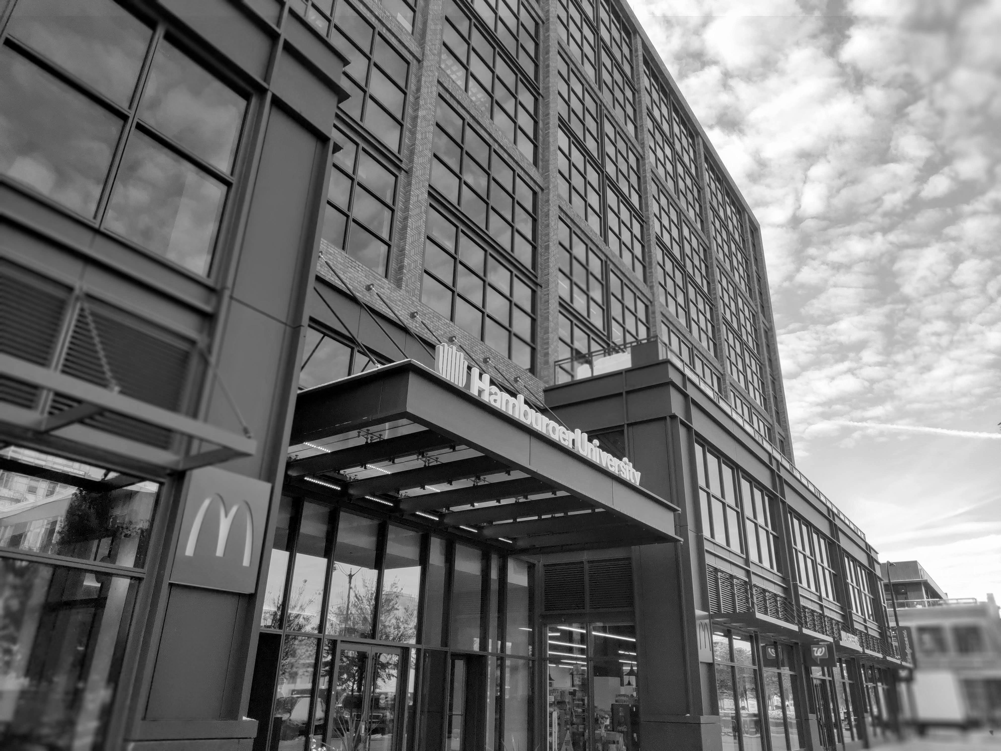 El edificio de la Universidad de la Hamburguesa con el McDonald´s debajo