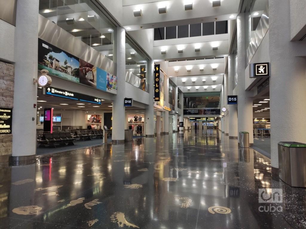 El aeropuerto de Miami, prácticamente vacío. Foto: Mónica Rivero.