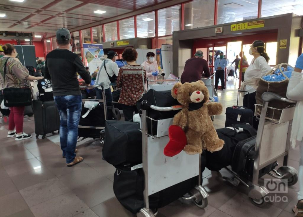 Con una sola maleta de 23 kilogramos cada uno, esperando en el aeropuerto «José Martí» de La Habana. Foto: Mónica Rivero.