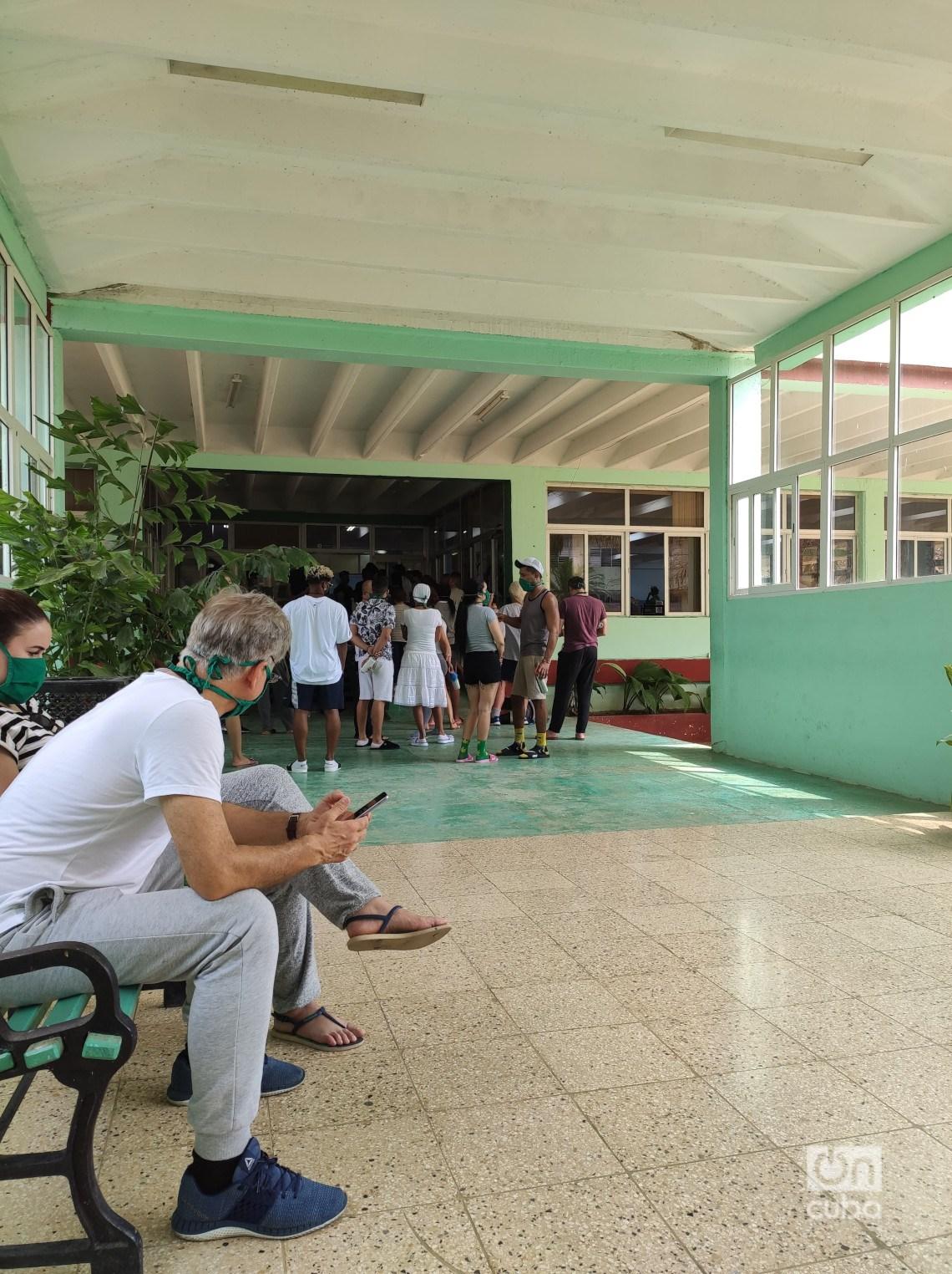 Esperando para entrar al comedor. Foto: Mónica Rivero.