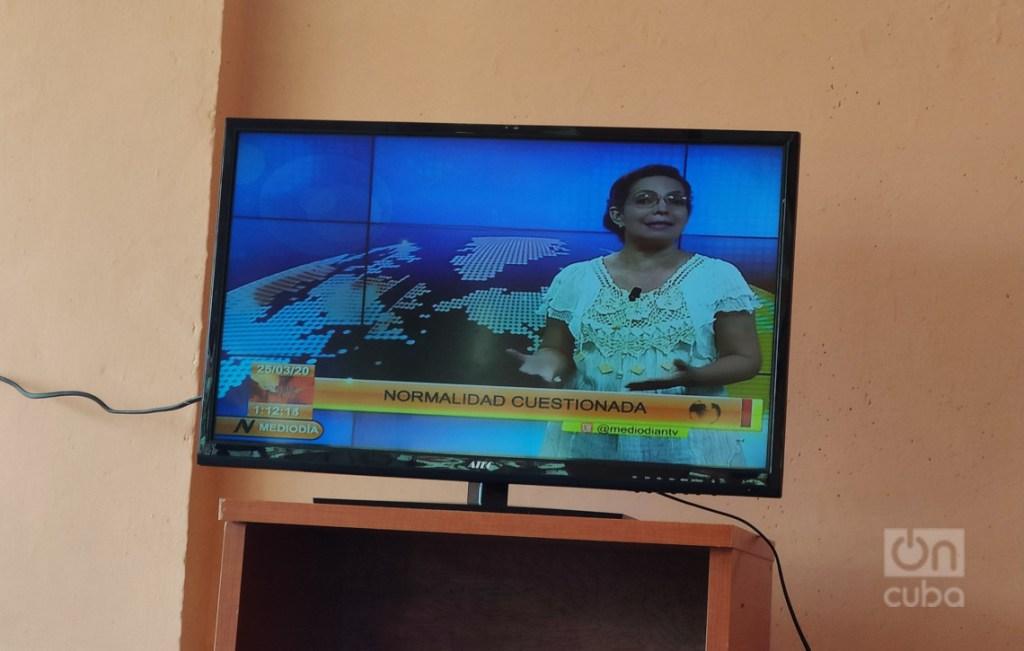 Se siguen por televisión los partes de las 11 de la mañana, los noticieros y la novela. Foto: Mónica Rivero.