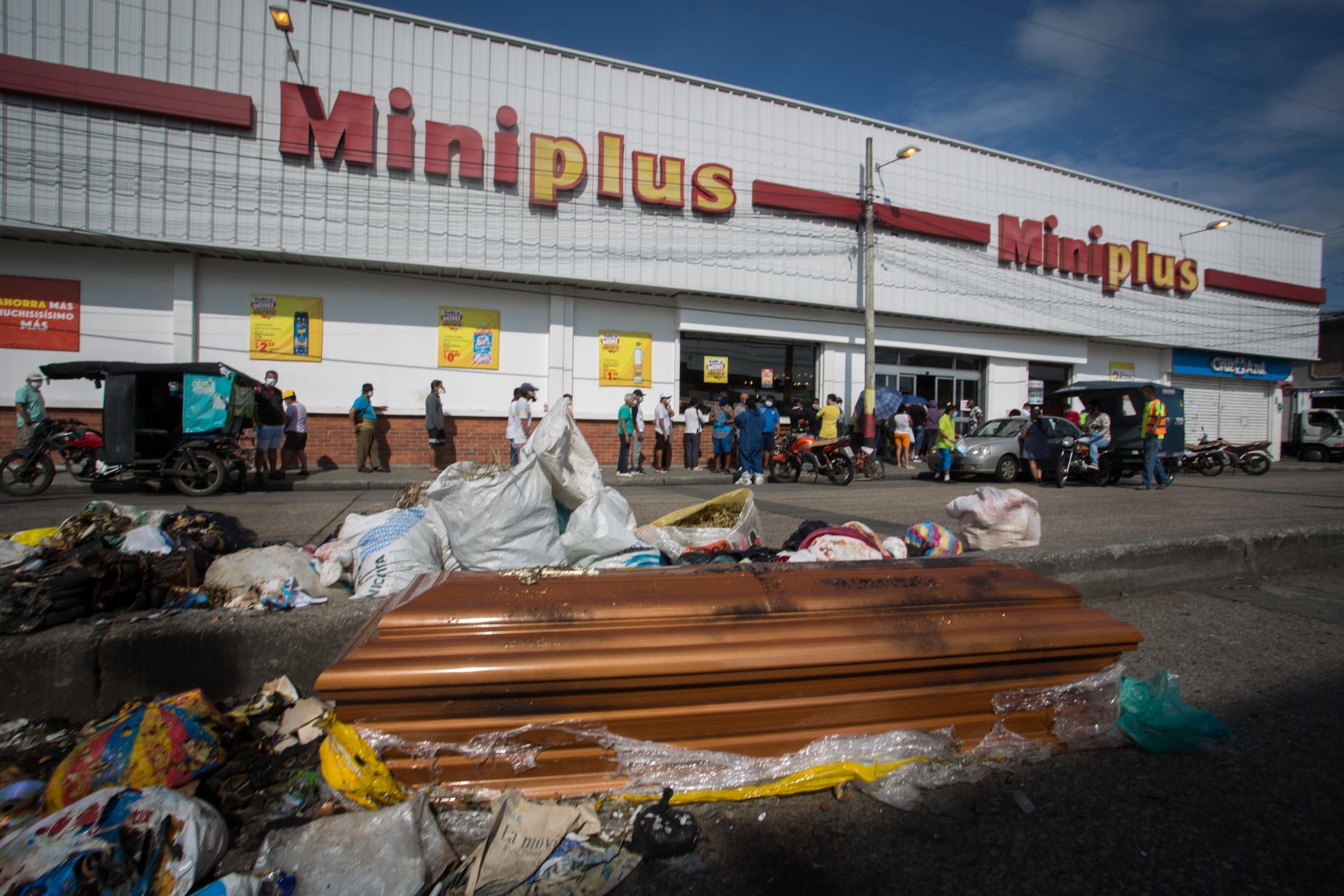 El lunes 6 de abril, este ataúd vacío fue hallado frente a un supermercado del Suburbio de Guayaquil, entre bolsas de basura. Entre marzo y abril, muchos ataúdes fueron abandonados en las calles sin ningún protocolo sanitario, luego de que las autoridades hicieran levantamientos de cadáveres. Foto: Iván Castaneira.