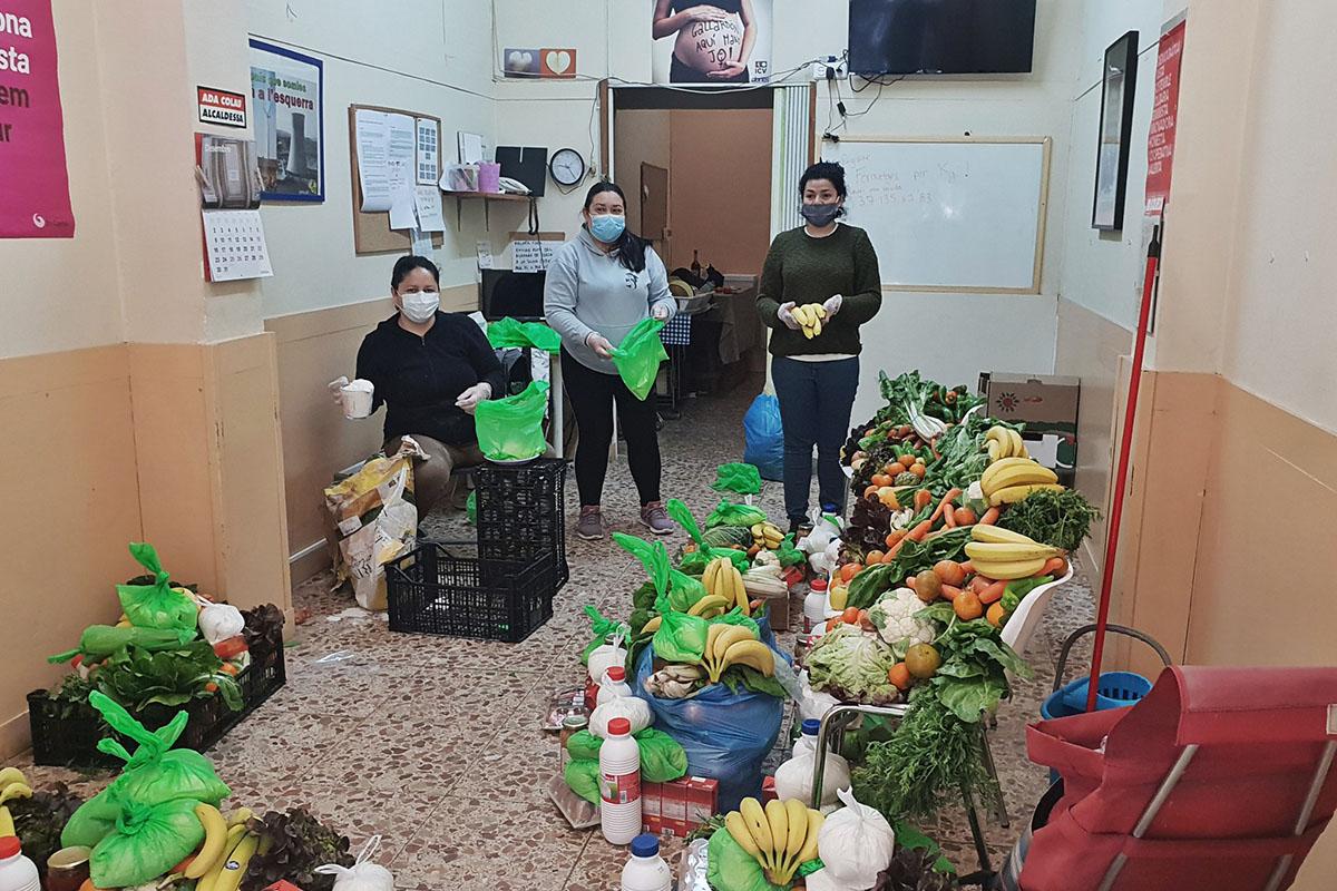 Reparto de cestas de comida de la Asociación Mujeres Migrantes Diversas.
