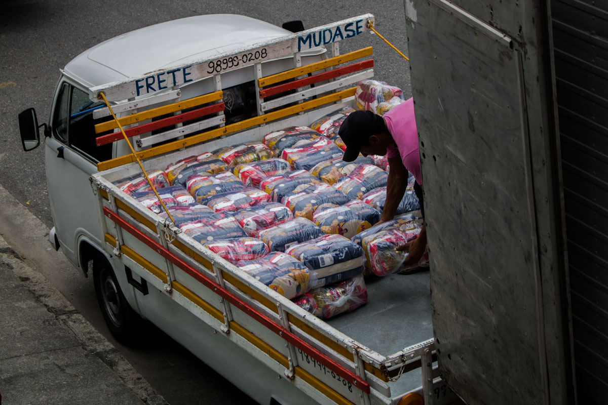 La ayuda a la comunidad. Foto: Matheus Guimarães