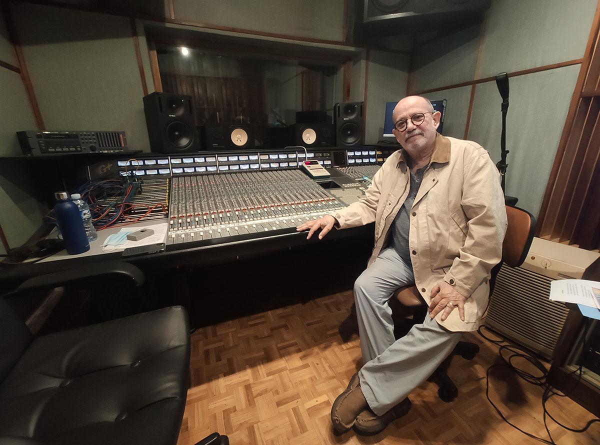 Silvio Rodríguez en los estudios Ojalá. Foto: Mónica Rivero