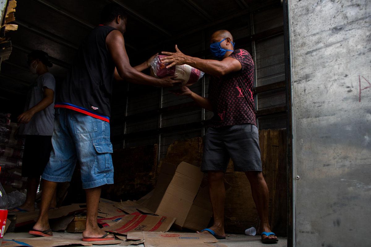La ayuda para los contagiados. Foto: Matheus Guimarães