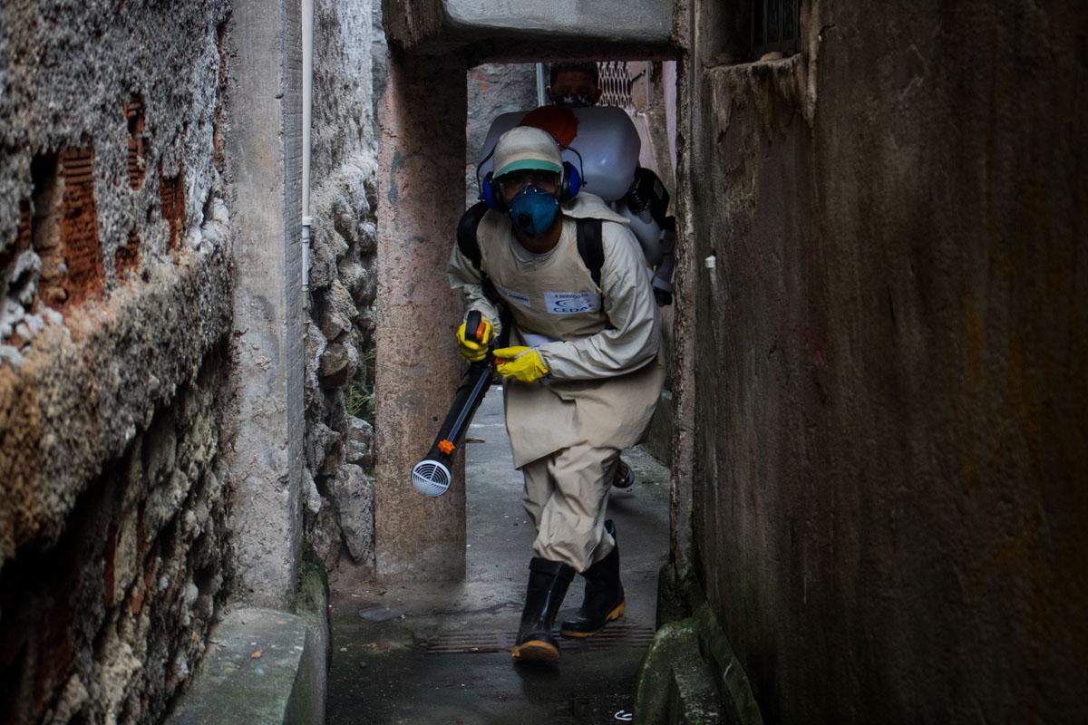 Jornada de desinfección en el Complexo do Alemão. Foto: Matheus Guimarães