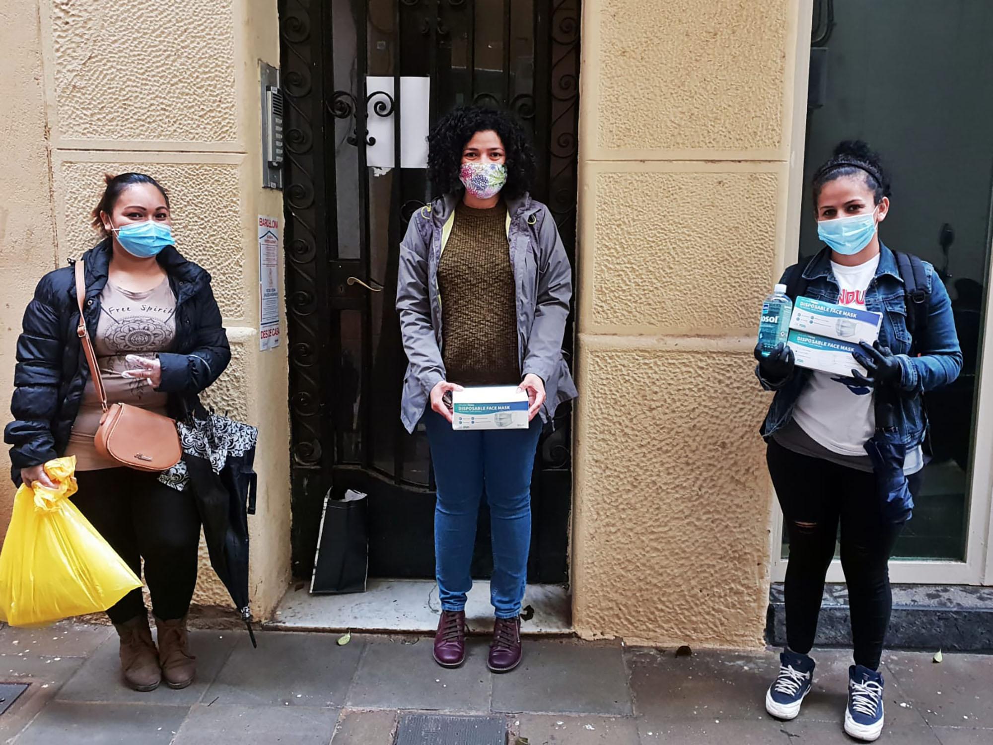 Reparto de mascarillas y gel. Foto: Asociación Mujeres Migrantes Diversas