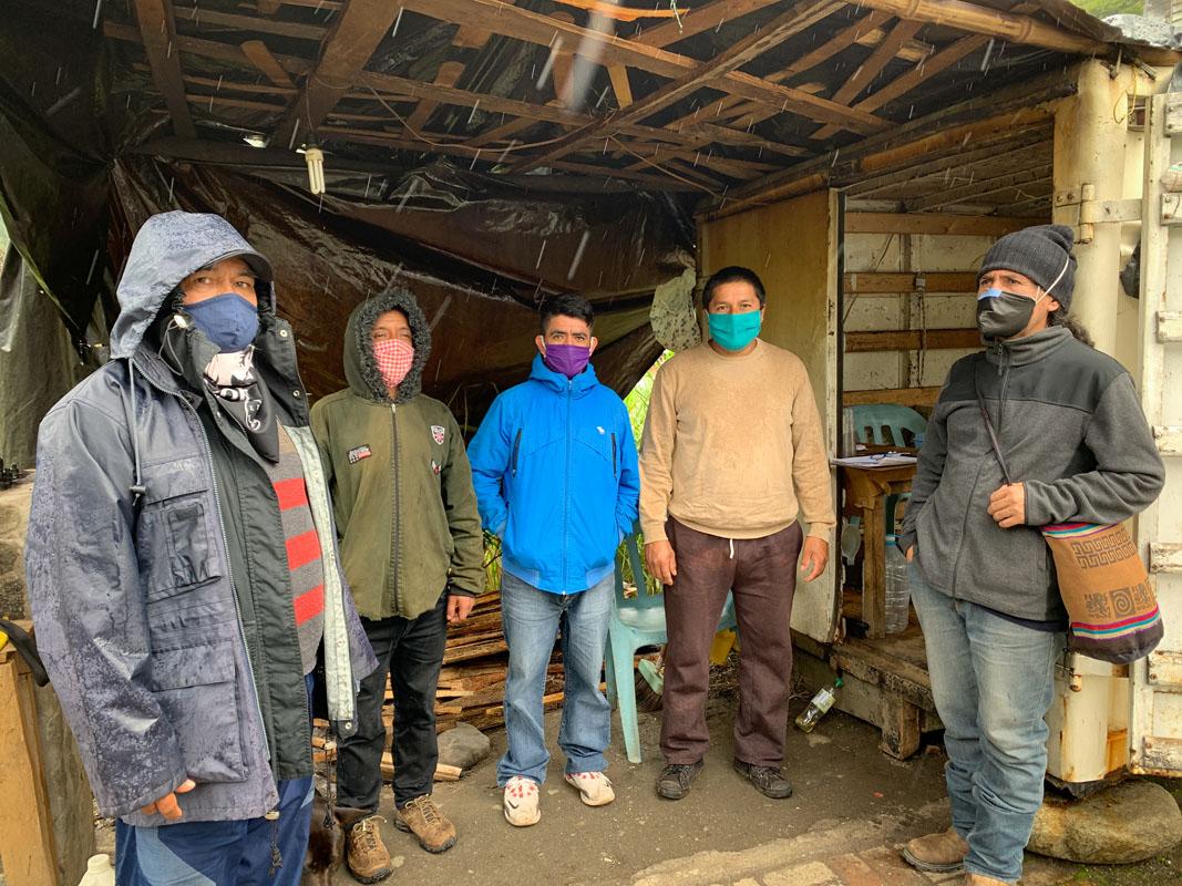 El turno de guardia integrado por los artesanos de Río Verde. Foto: Pablo Campaña
