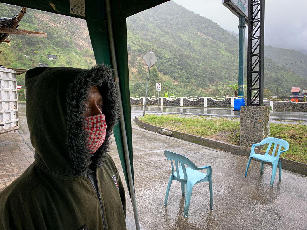 Oscar Huashpa en el turno de vigilancia a la entrada de Río Verde. Foto: Pablo Campaña