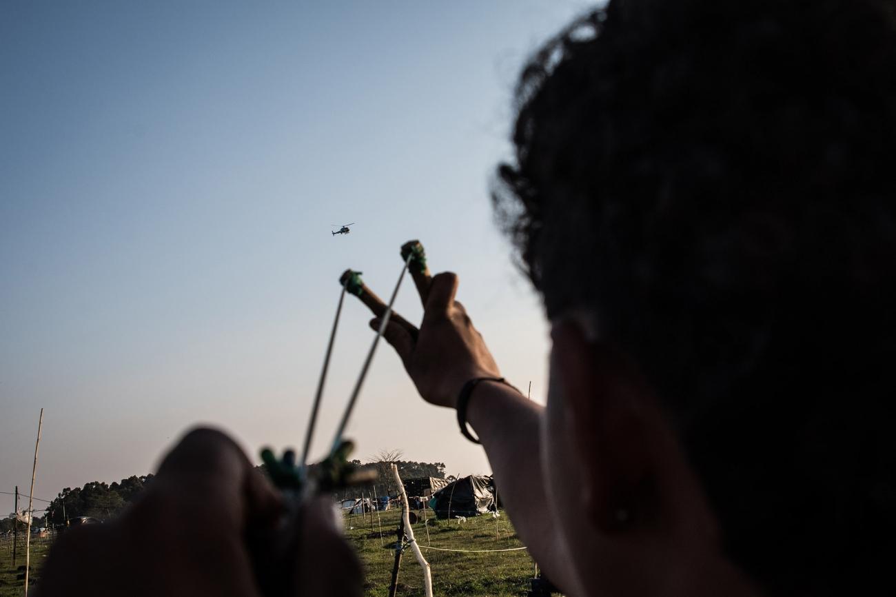 Brandon apunta con su catapulta a un helicóptero de la policía. Foto: Francisco Jarrin