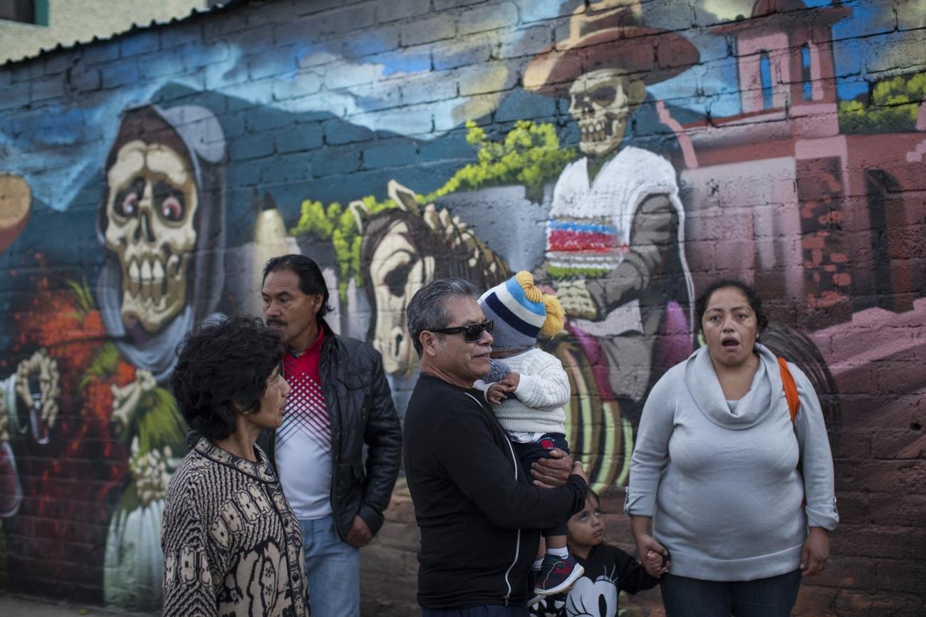 Muerteada en Etla, Oaxaca, al sur de México. Una semana después del Día de Muertos, la gente celebra con disfraces en las calles. Foto: Alejandro Saldívar