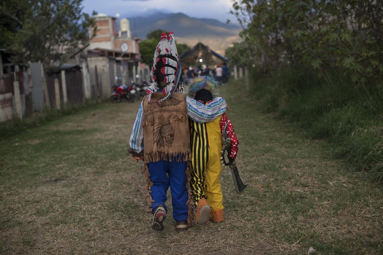 Abuelo y nieto camino a la muerteada. Foto: Alejandro Saldívar
