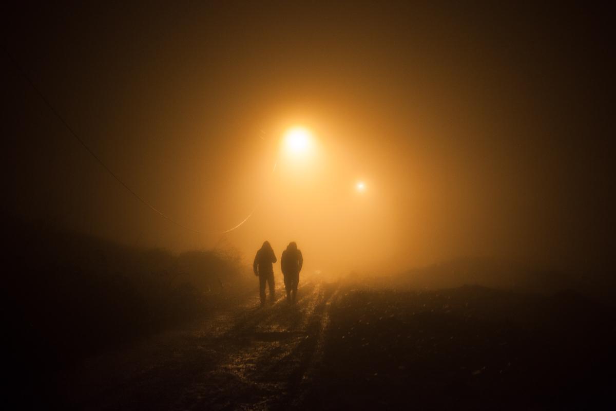 Dos personas caminan por la noche en Artsaj. Foto: Pablo Linietsky