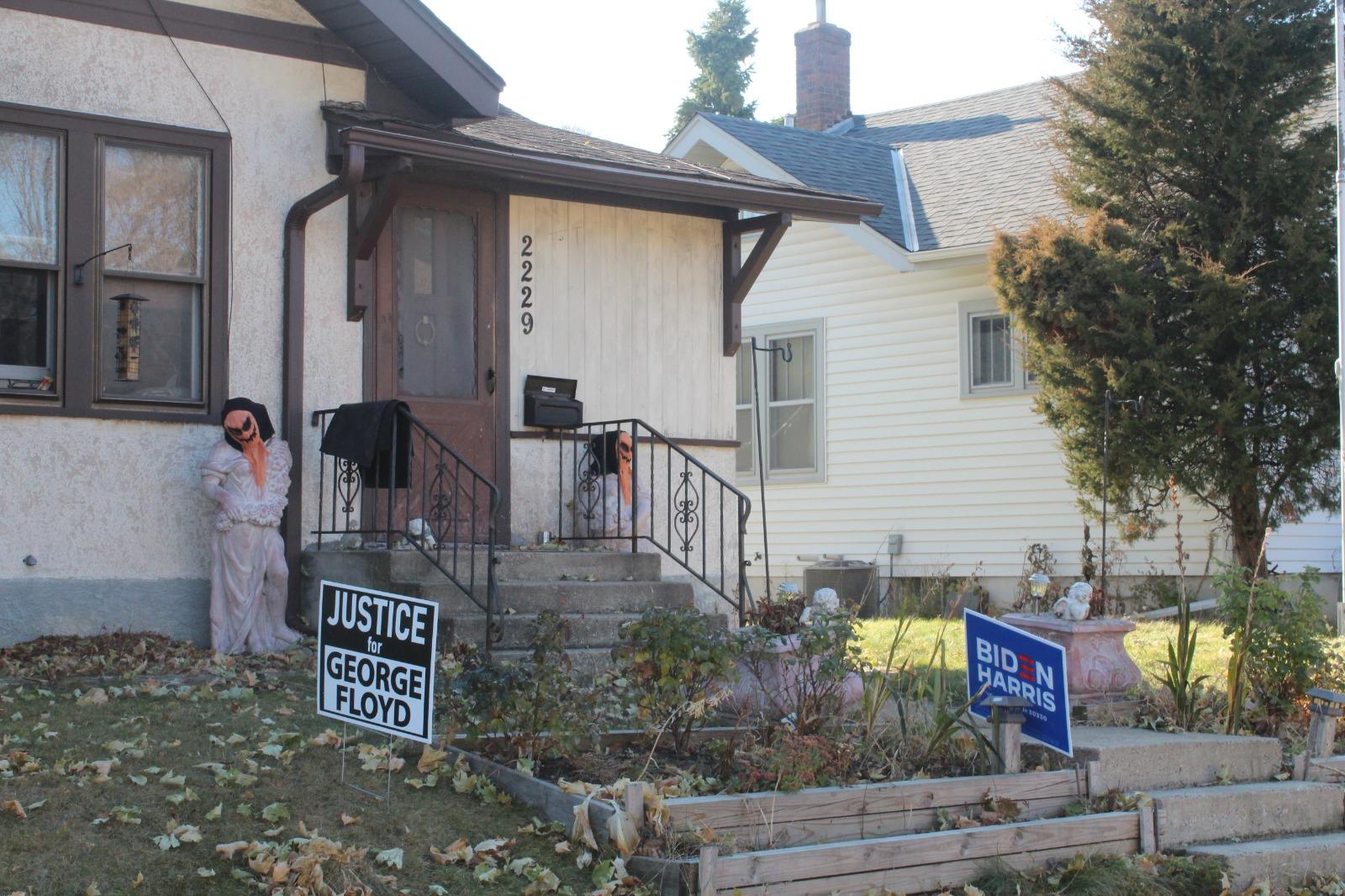 En South Minneapolis, estos carteles se exhiben en muchas casas. Los monigotes de Halloween  aún están frente a algunos portales. Foto: Felipe Herrera Aguirre.