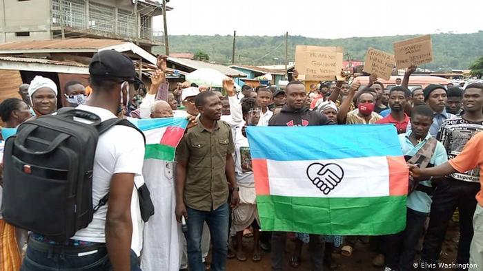 Manifestantes con la bandera de Togolandia del Oeste, en Ghana.