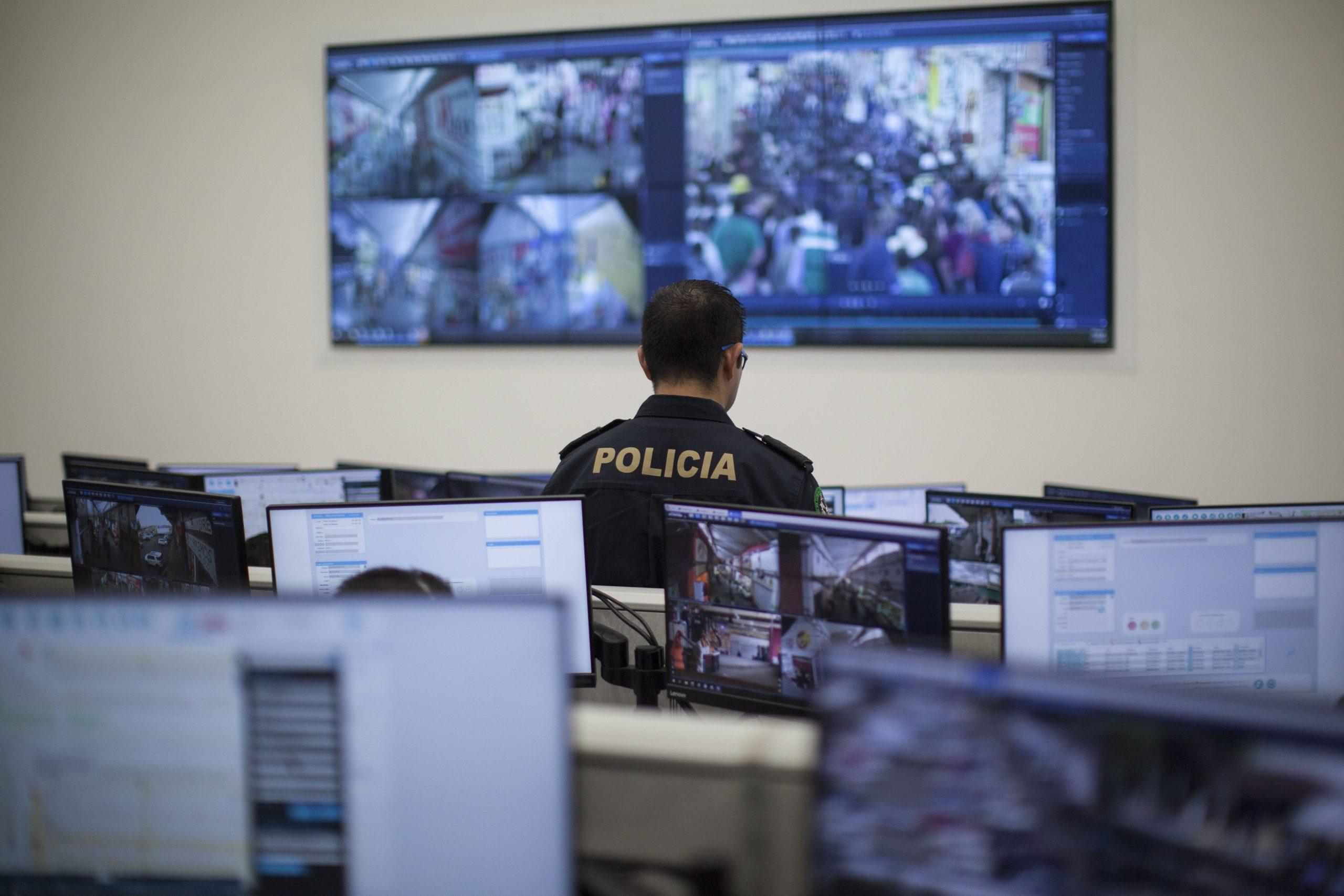 Policías en un centro de cibervigilancia en la CDMX. Foto: Alejandro Saldívar