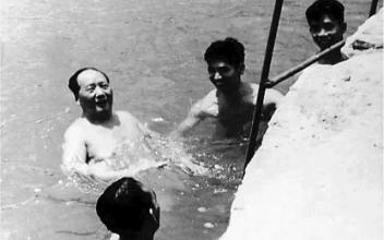 Una de las imágenes más famosas de china: Mao nada en el río Yangtsé