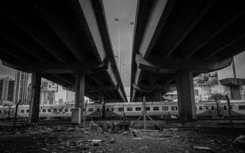 """La línea de tren """"San Martín"""" pasa debajo de la autopista Arturo Illia, construida en los años 90 y que atraviesa la villa 31. En el plano trasero, se erigen los fastuosos edificios de Barrio Norte. Foto: @proyecto.bajoautopista"""