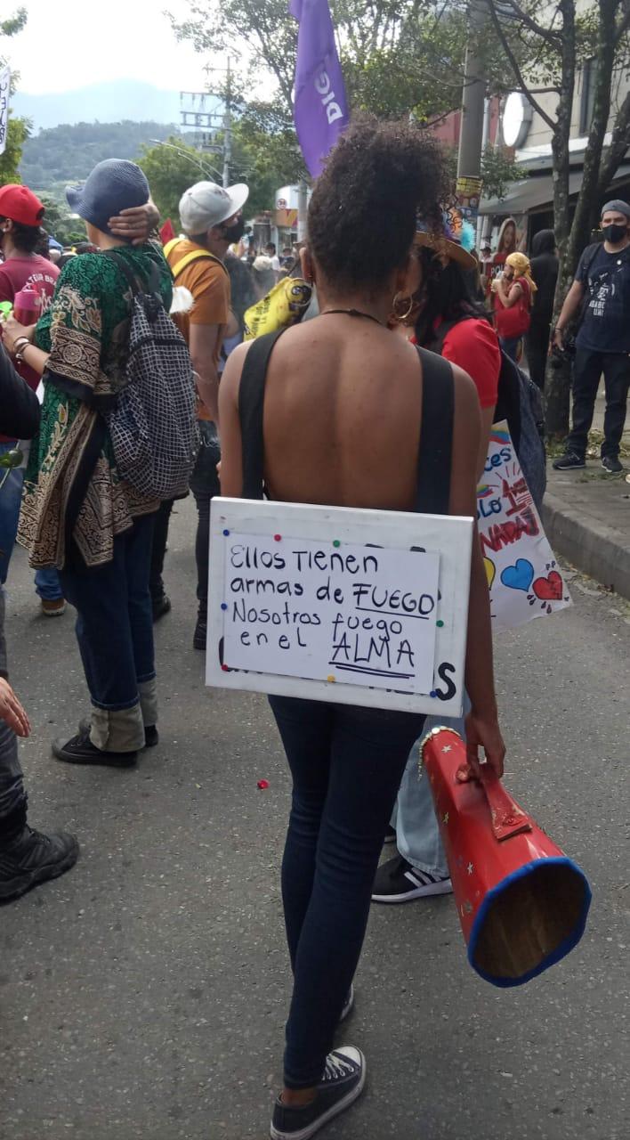 Una mujer marcha en Medellin en el día 20 del paro nacional (Foto: Giovanny Jaramillo)