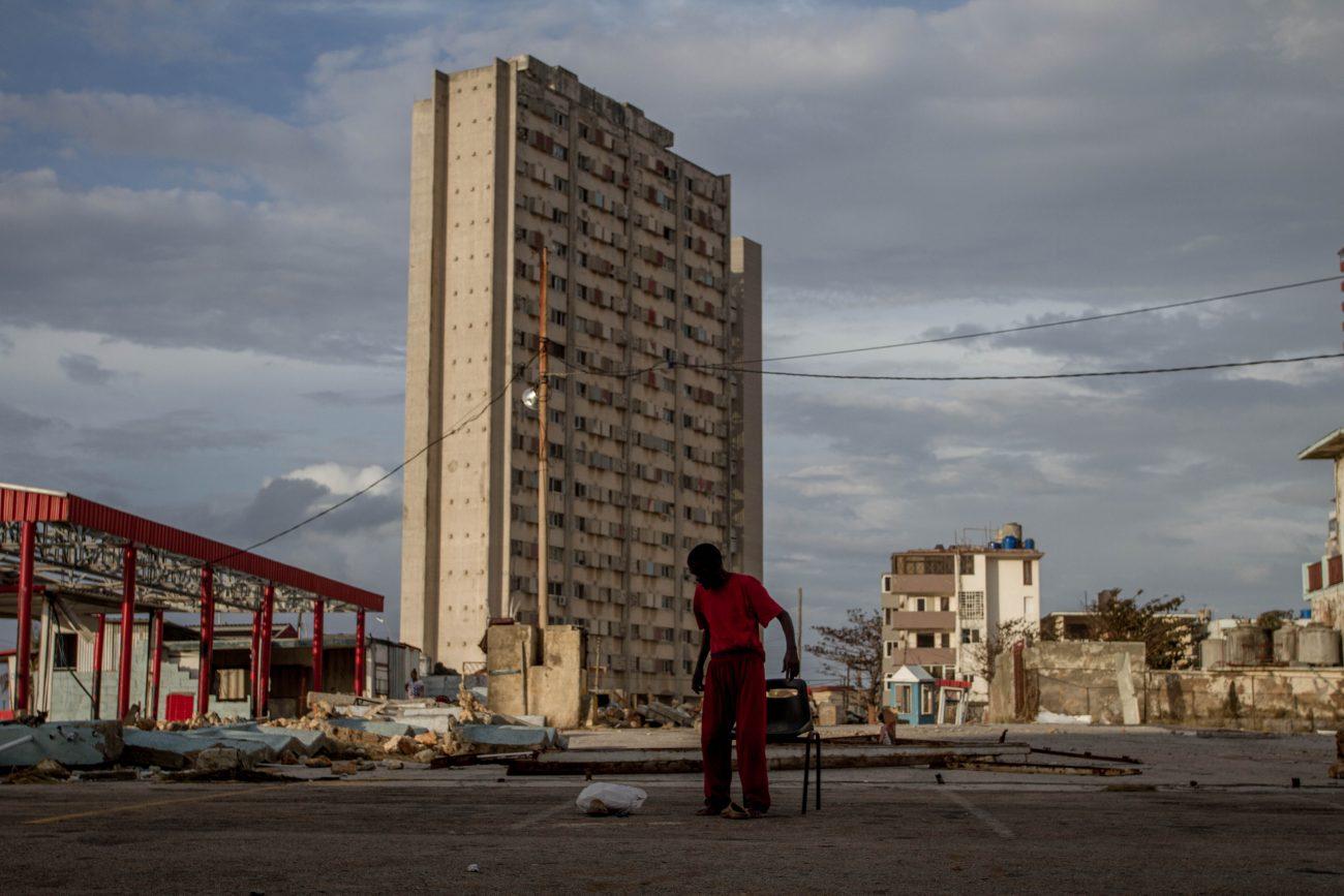 Edificio en Cuba, custodio. Foto: Dahian Cifuentes.