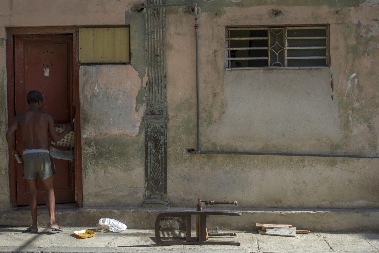 Pobreza en Cuba, silla de madera, precariedad económica. Foto: Dahian Cifuentes.