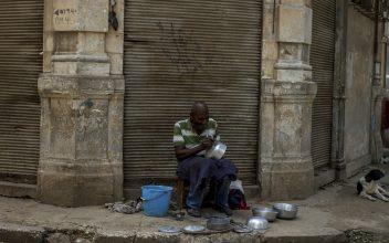 Hombre negro, cazuelas, La Habana Vieja, Cuba. Foto: Dahian Cifuentes.