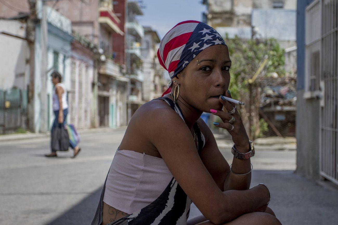Cubana fuma, bandera de Estados Unidos. Foto: Dahian Cifuentes.
